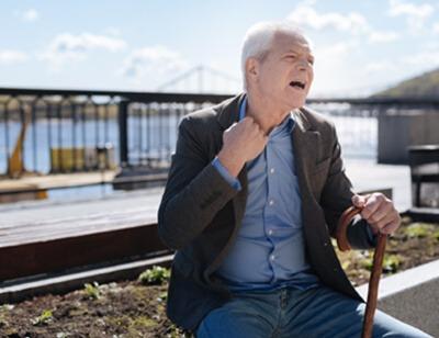 Mann mit Atemnot und respiratorischen Insuffizienz
