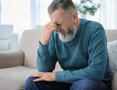 Symptome Schlafapnoe Schlafapnoe-Patient leidet unter starken Kopfschmerzen