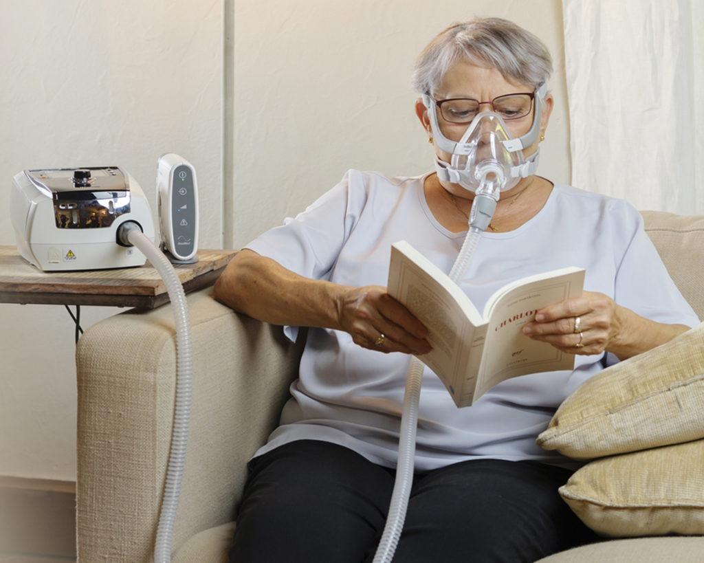 Frau wird zu hause nicht-invasiv beatmet