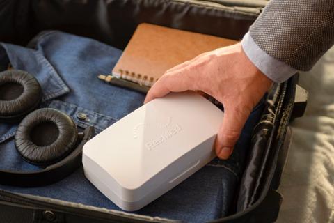 Patient legt Schlafschiene Narval CC in diskreter Transportbox in den Reisekoffer